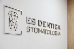 es medica stomatologia logo w poczekalni